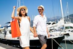 Par på sommarsemestern som tycker om lopp och att shoppa royaltyfri fotografi