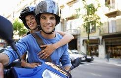Par på sparkcykeln som tycker om vägtur Arkivfoton