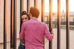 Par på stads- bakgrund Royaltyfri Foto