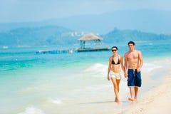 Par på strand Arkivfoton