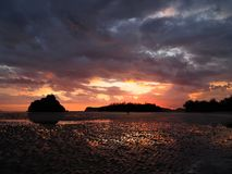 Par på stranden på fantastisk solnedgångbakgrund arkivbilder
