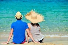 Par på stranden i Grekland royaltyfri bild