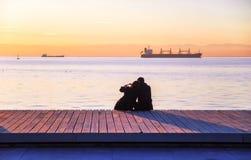 Par på stranden i guld- timme Arkivfoton