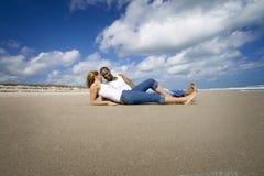 Par på strandsemester royaltyfria foton