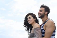 Par på strandsommarsemester, härligt ungt lyckligt folk förälskad, man- och kvinnaleende Royaltyfri Bild