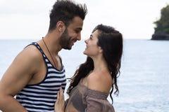 Par på strandsommarsemester, härligt ungt lyckligt folk händer för innehav för förälskad, man- och kvinnaleende Royaltyfri Foto