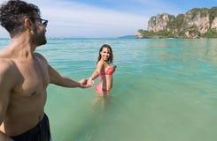 Par på strandsommarsemester, ungdomari vatten, för manhand för kvinna hållande hav för hav Fotografering för Bildbyråer