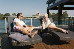 Par på sunbed fotografering för bildbyråer