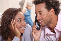 Par på telefonen Arkivfoto