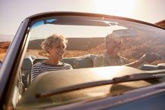 Par på vägtur, sedd igenom bilvindruta, stänger sig upp arkivfoton