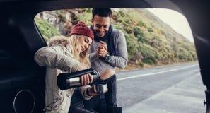 Par på vägturen som har kaffeavbrottet fotografering för bildbyråer