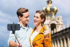 Par på Zwinger i Dresden som tar selfie arkivfoton