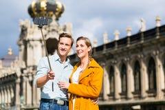Par på Zwinger i Dresden som tar selfie royaltyfri bild
