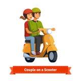 Par på en sparkcykel Lyckligt rida tillsammans Royaltyfri Fotografi