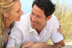 Par på en strand Royaltyfri Foto