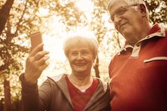 Par parkerar in att ta självbilden samman med mobil p Royaltyfri Bild