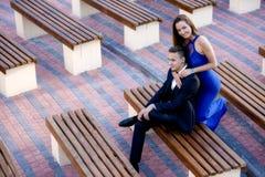 Par parkerar in bänken på en sommardag Fotografering för Bildbyråer
