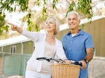 par parkerar den avslappnande pensionären fotografering för bildbyråer
