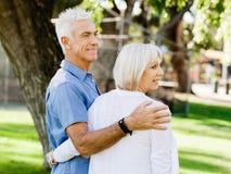 par parkerar den avslappnande pensionären royaltyfri foto