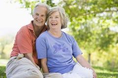par parkerar den avslappnande pensionären arkivfoto