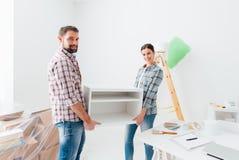 Par poruszający meblowania w ich nowym domu zdjęcie stock