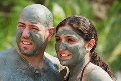 Par poserar för foto, når de har tagit gyttjebadet i Dalyan, Turkiet Royaltyfri Foto