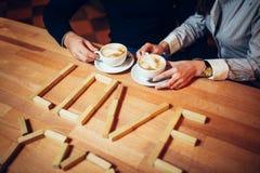 Par ręki kawa na drewnianym stole Obrazy Royalty Free
