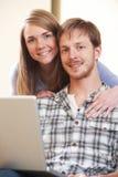 par returnerar bärbar datorbarn Fotografering för Bildbyråer