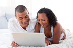 par returnerar romantiskt använda för bärbar dator Arkivfoto