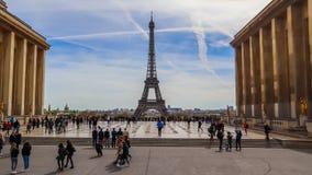 Par?s/Francia - 5 de abril de 2019: Hermosa vista de la torre Eiffel y del paisaje urbano de Trocadero Gente en la plaza que barr imagenes de archivo