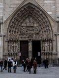 Par?s, Francia 22 de febrero de 2013: Fragmento de la elevaci?n delantera con la entrada a la catedral de Notre Dame en Par?s fotografía de archivo libre de regalías