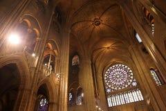 PAR?S, FRANCIA - 28 DE OCTUBRE DE 2018: Interior de una de las catedrales m?s viejas de Europa Notre Dame de Paris francia imagen de archivo