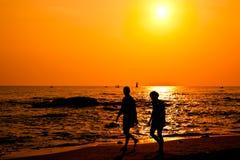 Par silhouette att gå på stranden Royaltyfri Foto