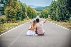 par sitter gatatonåringar tillsammans arkivfoto
