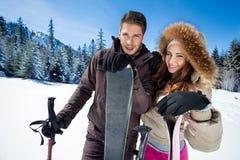 Par skidar på ferie royaltyfri foto