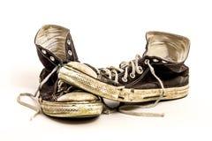 Par skor för tennis av för man` s eller för tonåring` s slitna ut smutsiga höga bästa svartvita på vit bakgrund Royaltyfri Fotografi
