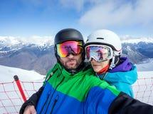 Par snowboarders robi selfie na kamerze Zdjęcia Stock