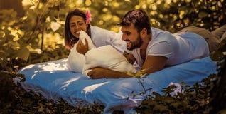 Par som älskar naturen royaltyfria foton