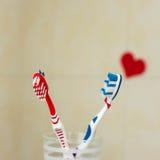Par som är förälskade av två tandborstar Föreslå begrepp för St-valentindag Selektivt fokusera Arkivbilder