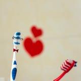 Par som är förälskade av två tandborstar St Valentindag Selektivt fokusera Fotografering för Bildbyråer