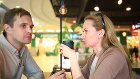 Par som är förälskade i ett utomhus- kafé Man och härlig kvinna på ett datum stock video