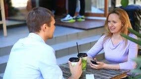 Par som är förälskade i ett utomhus- kafé Man och härlig kvinna på ett datum arkivfilmer