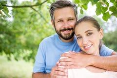 Par som är förälskade i naturen arkivbild