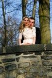Par som är förälskade i trädgården fotografering för bildbyråer