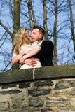Par som är förälskade i trädgården arkivfoto