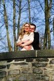 Par som är förälskade i trädgården royaltyfri fotografi