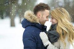 Par som är förälskade i vinterlandskap Royaltyfri Foto