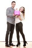 Par som är förälskade med den rosa gåvaasken Arkivfoton