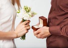 Par som är förälskade med vigselring- och gåvaasken Royaltyfri Bild