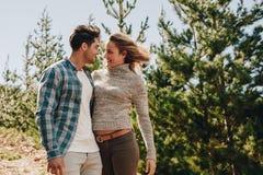 Par som är förälskade på att fotvandra Arkivfoton